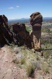 Альпинисты на свисая скале стороны обезьяны Стоковое фото RF
