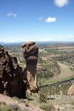 Альпинисты на свисая скале стороны обезьяны Стоковые Изображения RF