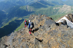 Альпинисты на утесах горы Стоковые Изображения