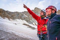 Альпинисты обсуждают подъем тактик к верхней части Стоковое Изображение