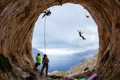 Альпинисты утеса в пещере Стоковые Фото