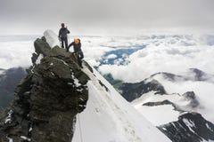 Альпинисты roped вверх на леднике Стоковые Изображения RF