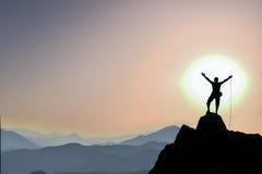 Альпинист веревочки на горном пике Стоковые Изображения RF