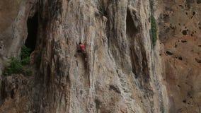 Альпинист взбираясь скала с страхованием видеоматериал