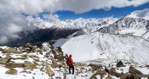 Альпинист в горах Казахстана стоковое изображение