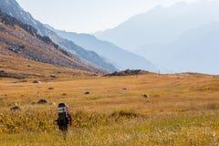 Альпинист идя к горам Тянь-Шань, южного Казахстана Стоковые Изображения RF