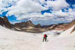 Альпинист идя к леднику в Тянь-Шань, Sayram, Казахстане Стоковое фото RF