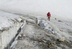 Альпинист на леднике Стоковая Фотография