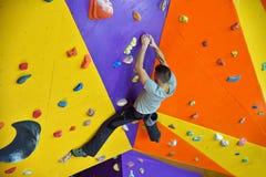 Альпинист на стене практики Стоковые Фото