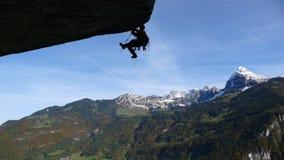 Альпинист преодолевая техническую крышу крыши в Glarus, Швейцарии Стоковые Фотографии RF