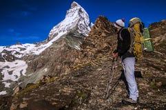 Альпинист смотря гору Маттерхорна стоковая фотография rf