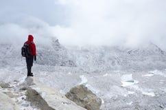 Альпинист стоя около Khumbu Icefall - одного из большинств dange Стоковое Изображение RF