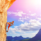Альпинист утеса взбираясь вверх скала Стоковая Фотография RF