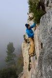Альпинист утеса взбираясь в красивой скалистой области концепция спорта приключения Весьма деятельность Стоковые Изображения RF