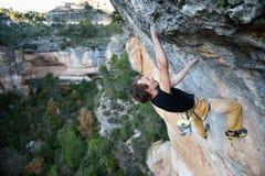 Альпинист утеса восходя трудная скала Весьма взбираться спорта Свобода, риск, возможность, успех Стоковое Изображение RF