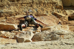 Альпинист утеса на скале стоковая фотография