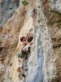 Альпинист утеса на трассе Стоковая Фотография