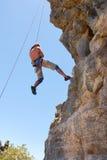 Альпинист утеса спускает стоковые изображения rf