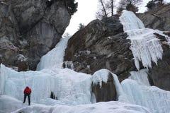 Альпинист льда в Vals, Швейцарии Стоковые Фото