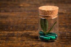 Альтернативная гомеопатическая медицина в стеклянной таре Стоковые Изображения