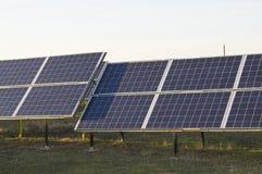 альтернативный цифровой ветер турбин источников иллюстрации травы поля энергии Батарея для собрания солнечной энергии Стоковая Фотография RF