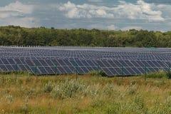 альтернативный цифровой ветер турбин источников иллюстрации травы поля энергии Станции солнечной энергии Стоковая Фотография