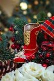 алюминиевым сортированное расположением рождество ведра орнаментирует красный цвет Стоковое Изображение