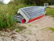 2 алюминиевых шлюпки вытягиванной вверх на береге Стоковые Фото