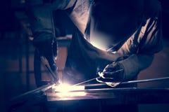 Алюминий заварки работника используя TIG Стоковая Фотография