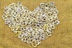 Алюминий тяги кольца стога чонсервных банк как форма сердца показывает новой Стоковая Фотография RF