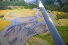 Аляска - летающ над заплетенным перепадом реки в национальном парке Clark озера Стоковое Изображение RF