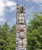 Аляскская скульптура тотемного столба Стоковые Изображения