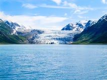 Аляскский ледник двигая вниз с долины между 2 рядами холма в Стоковое фото RF