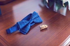 Бабочка и запонки для манжет для groom Стоковые Изображения RF