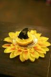 Бабочка на диске с апельсином и цветком Стоковое Фото