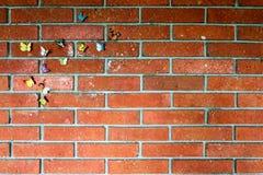Бабочка павлина на стене красного кирпича старой стоковая фотография rf