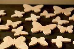 Бабочки древесины на черной деревянной предпосылке Стоковое фото RF