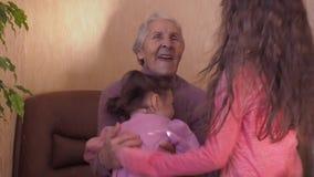 бабушка внучат счастливая видеоматериал