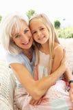 бабушка внучки ослабляя совместно Стоковая Фотография RF