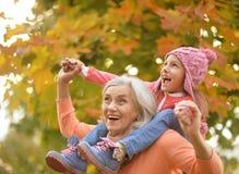бабушка внучки счастливая Стоковая Фотография RF