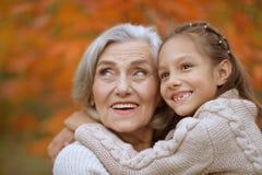 бабушка внучки счастливая Стоковое Изображение