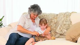 Бабушка вязать с ее внучкой видеоматериал