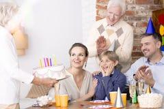 Бабушка держа именниный пирог стоковые фотографии rf