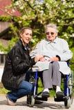 Бабушка женщины посещая в доме престарелых стоковое фото