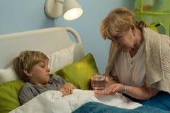 Бабушка заботя о его внуке Стоковое Изображение RF