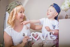 Бабушка играя с ее внуком, много интересными деталями Стоковая Фотография RF