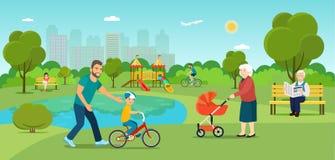 Бабушка идет с прогулочной коляской Дед сидя на молодом человеке стенда едет велосипед и отец учит сыну к Стоковая Фотография RF