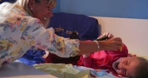 Бабушка и внук играя с динозаврами акции видеоматериалы