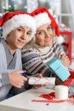 Бабушка и внук празднуя рождество Стоковая Фотография
