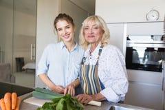 Бабушка и внучка делая здоровую еду совместно Стоковые Изображения